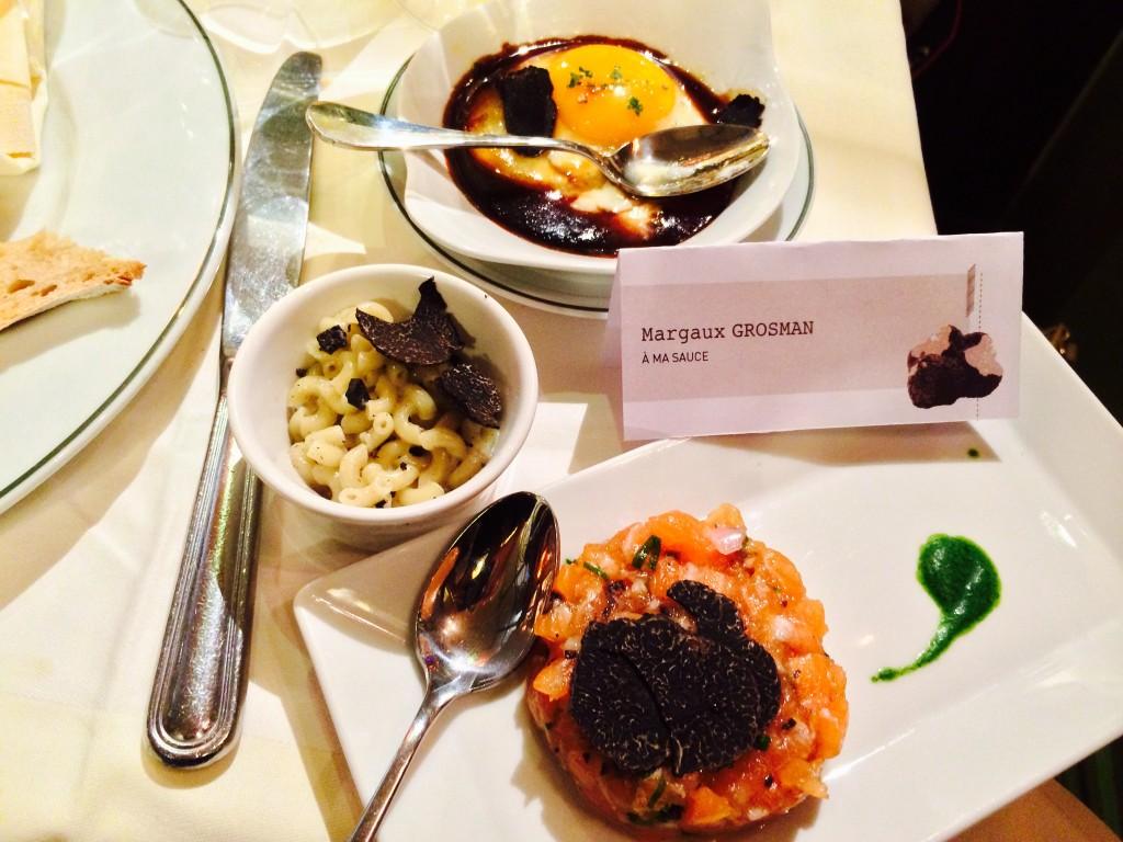 Entrées truffées: oeuf miroir, coquillettes crémeuses et tartare de saumon Label Rouge.