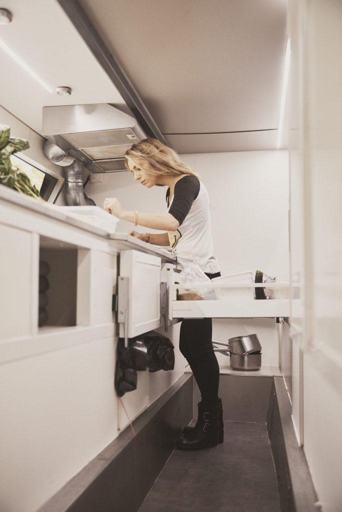 petites cuisines grands repas comment cuisiner dans un placard. Black Bedroom Furniture Sets. Home Design Ideas